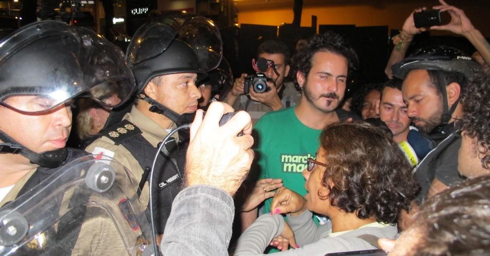 Manifestante conversa com policial durante ato contra a Copa do Mundo em Belo Horizonte