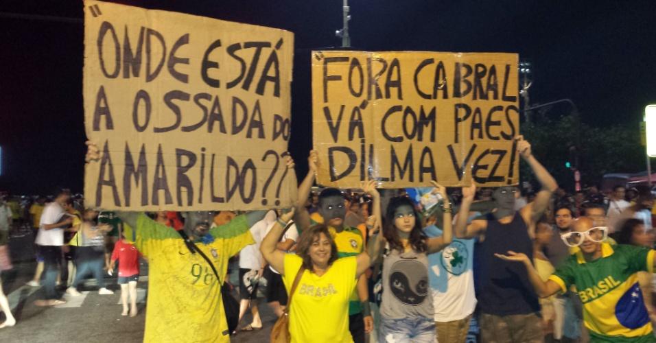 Manifestantes perguntam sobre a ossada do pedreiro Amarildo Dias de Souza, desaparecido em 2013, e hostilizam Sérgio Cabral, Eduardo Paes e Dilma Rousseff