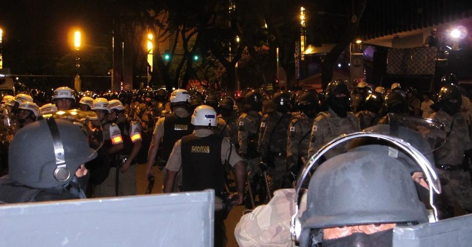 Manifestantes perto de barreira policial já no fim de protesto contra a Copa do Mundo em Belo Horizonte