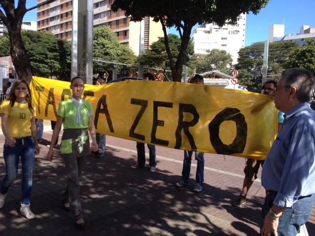Manifestantes protestam contra a Copa do Mundo e fecham avenida no centro de Belo Horizonte