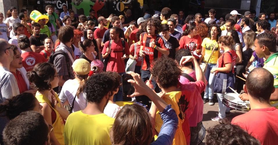 Manifestantes protestam contra a Copa do Mundo no centro de Belo Horizonte