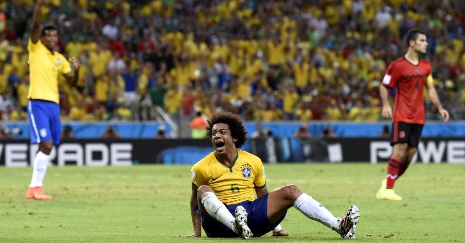 17.jun.2014 - Marcelo fica caído no gramado e não esconde a frustração no empate por 0 a 0 contra o México