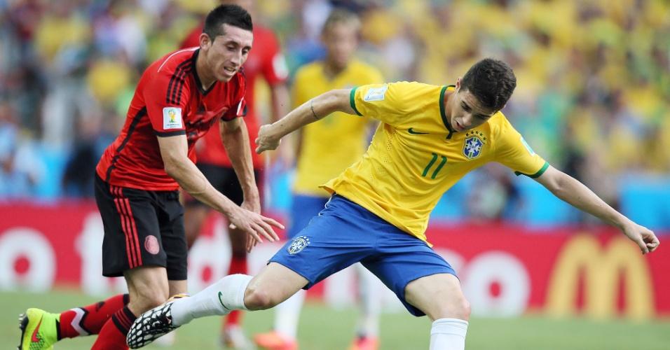 17.jun.2014 - Meia Oscar domina a bola e tenta organizar a seleção brasileira no confronto contra o México