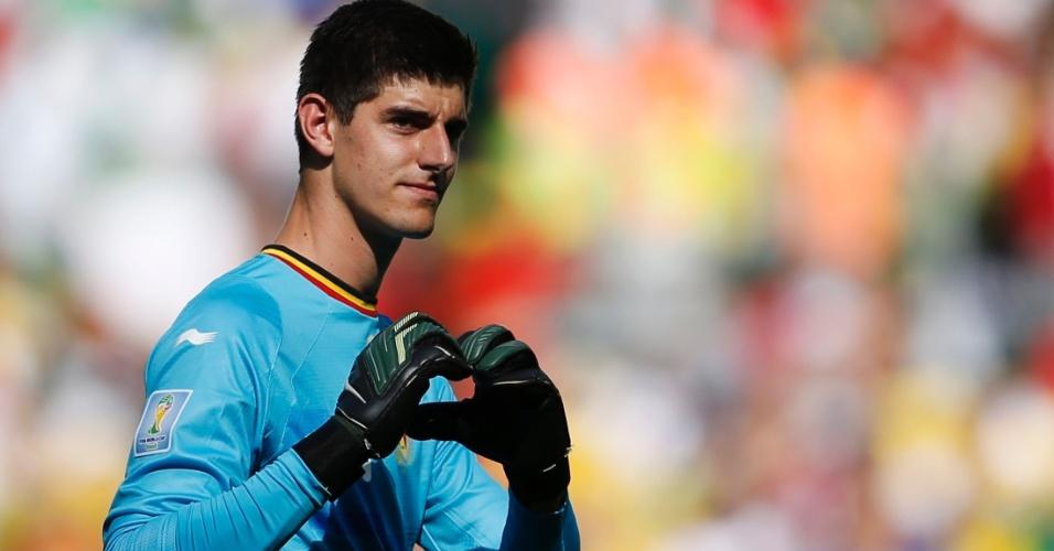 Mesmo atrás no placar, goleiro Courtois faz coração para torcida após fim do primeiro tempo contra a Argélia