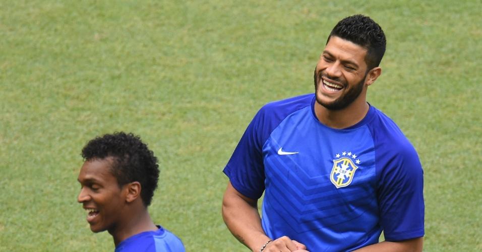 17.jun.2014 - Mesmo fora do jogo contra o México, Hulk sobe ao gramado do Castelão no aquecimento da seleção brasileira