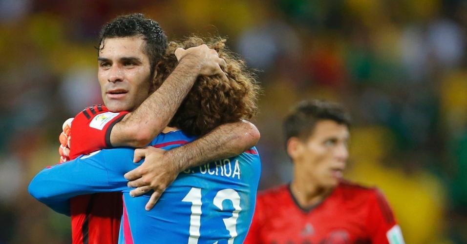17.jun.2014 - Mexicano Rafael Marquez abraça o goleiro Guillermo Ochoa, destaque do empate contra o Brasil