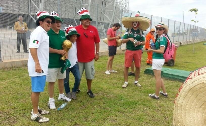 Mexicanos tiram fotos em frente ao estádio Castelão horas antes da partida contra o Brasil
