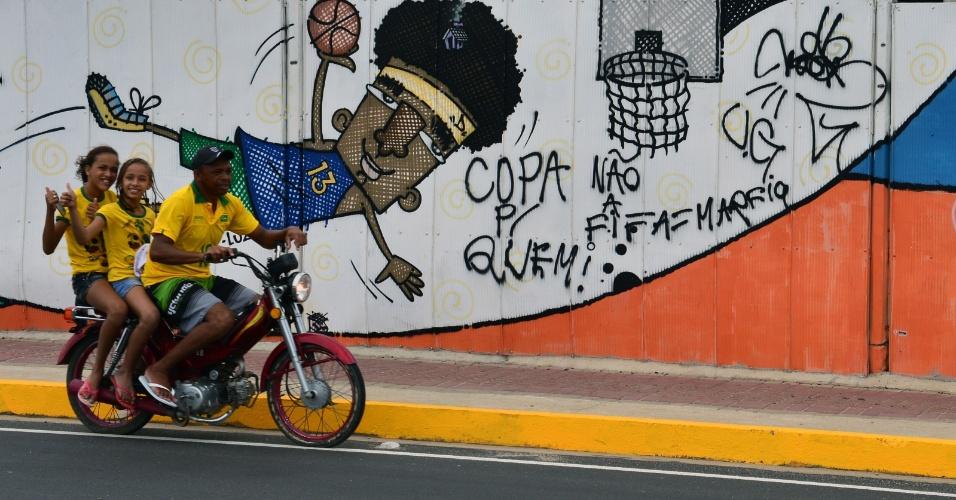 Moto é flagrada com três pessoas nos entornos do Castelão, em Fortaleza, horas antes de Brasil x México