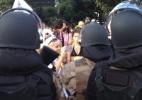 Manifestantes ficam de sutiã em protesto contra a Copa em BH (Foto: Isabela Noronha/UOL)