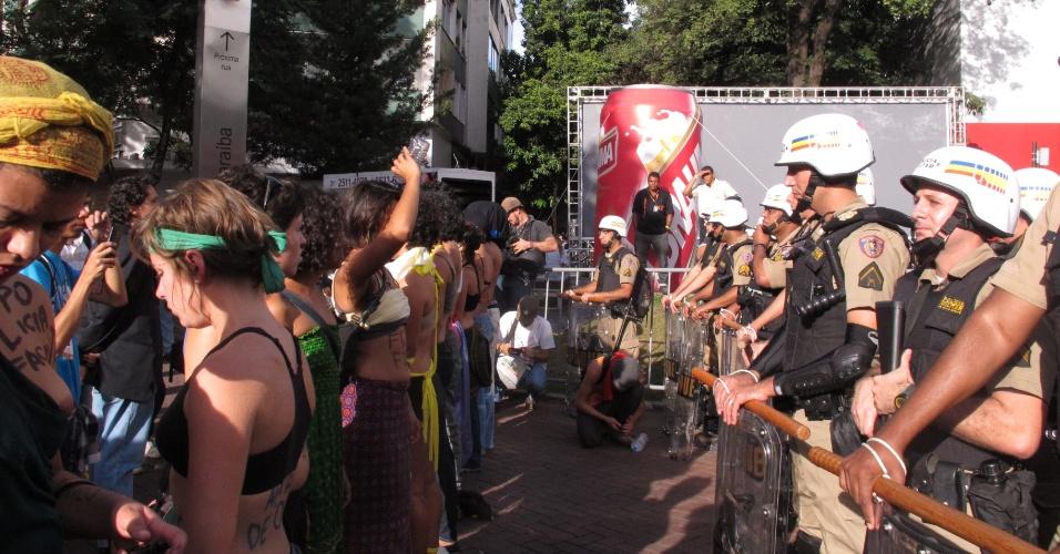 Mulheres ficam apenas de sutiã em protesto em Belo Horizonte nesta terça-feira