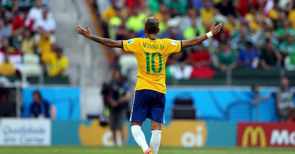 17.jun.2014 - Neymar abre os braços para reclamar de lance na partida entre Brasil e México, no Castelão