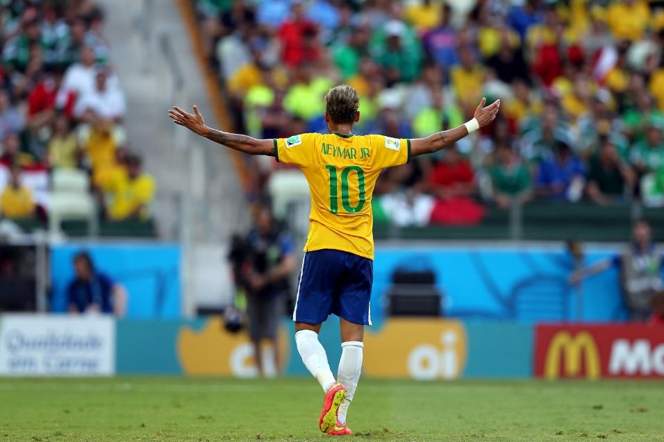 Neymar abre os braços para reclamar de lance na partida entre Brasil e México, no Castelão