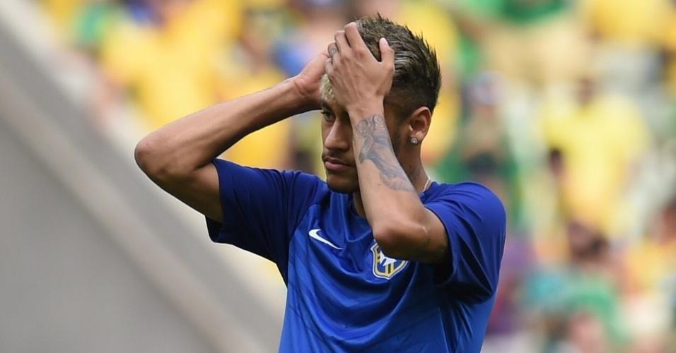 17.jun.2014 - Neymar ajeita o cabelo durante aquecimento para a partida contra o México