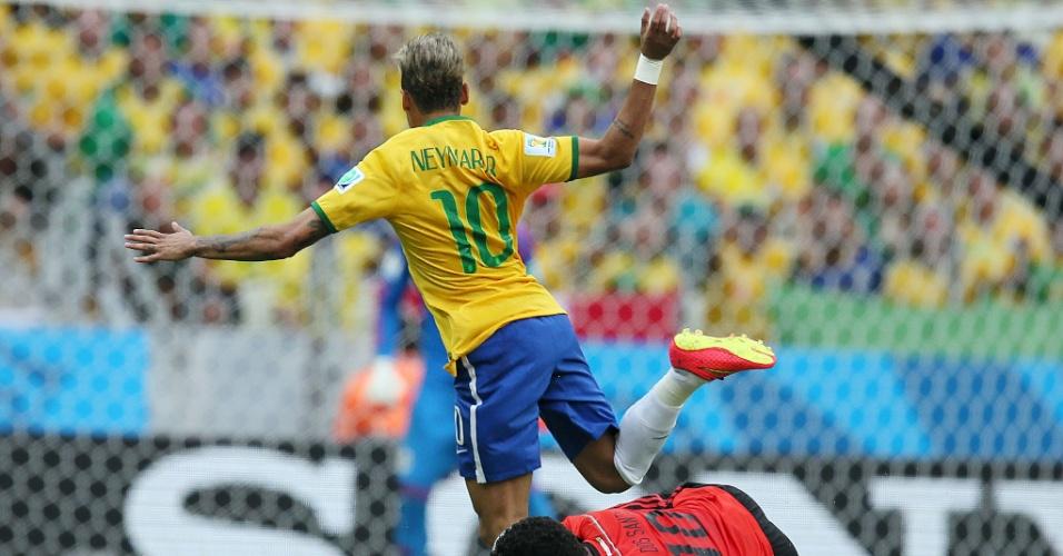 17.jun.2014 - Neymar avança e é derrubado por Giovani dos Santos no Castelão, palco da segunda partida das equipes na Copa