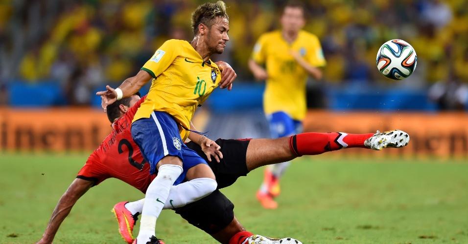 17.jun.2014 - Neymar briga pela bola com Javier Rodriguez no empate brasileiro com o México por 0 a 0