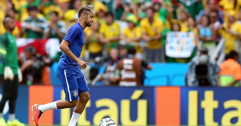 17.jun.2014 - Neymar carrega a bola durante aquecimento da seleção brasileira no Castelão