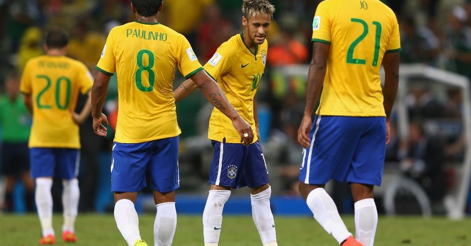 17.jun.2014 - Neymar chama os companheiros depois do fim da partida contra o México, que terminou 0 a 0 no Castelão