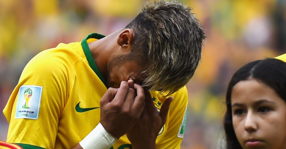 17.jun.2014 - Neymar chora durante a execução do hino brasileiro antes do jogo contra o México, no Castelão