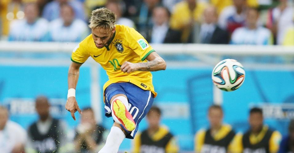 17.jun.2014 - Neymar cobra falta com categoria, mas não consegue marcar e o jogo termina 0 a 0