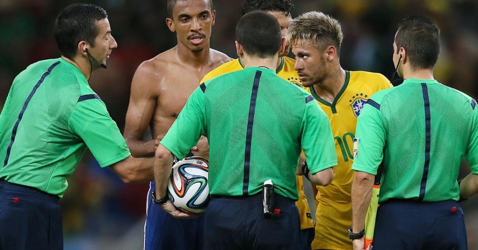 Neymar cumprimenta o trio de arbitragem depois do empate com o México por 0 a 0 no Castelão