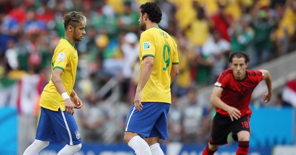17.jun.2014 - Neymar dá o pontapé inicial para a partida do Brasil contra o México, no Castelão