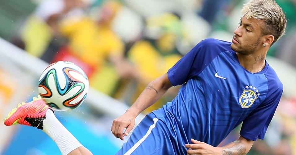 17.jun.2014 - Neymar faz malabarismo no aquecimento da partida entre Brasil e México, no Castelão