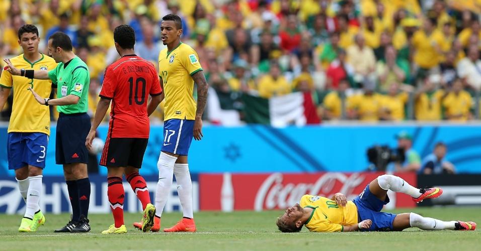 17.jun.2014 - Neymar fica caído no gramado após sofrer dura entrada no começo da partida contra o México