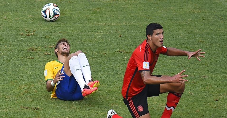 17.jun.2014 - Neymar fica caído no gramado enquanto o mexicano Francisco Rodriguez diz ao árbitro que pegou a bola