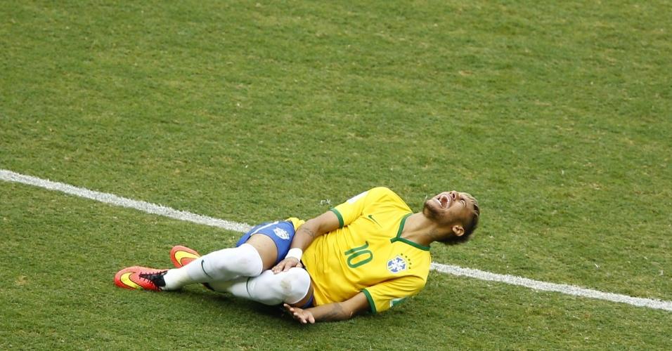 17.jun.2014 - Neymar se contorce de dor após sofrer falta no início da partida contra o México