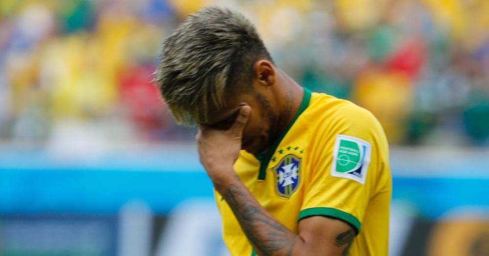 17.jun.2014 - Neymar se emociona durante a execução do hino nacional brasileiro antes do jogo contra o México