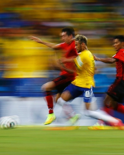 17.jun.2014 - Neymar se movimento, driblou, chutou e correu. Mas não conseguiu tirar o placar do zero e o jogo contra o México terminou 0 a 0