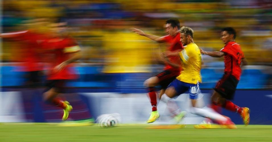 Neymar se movimento, driblou, chutou e correu. Mas não conseguiu tirar o placar do zero e o jogo contra o México terminou 0 a 0