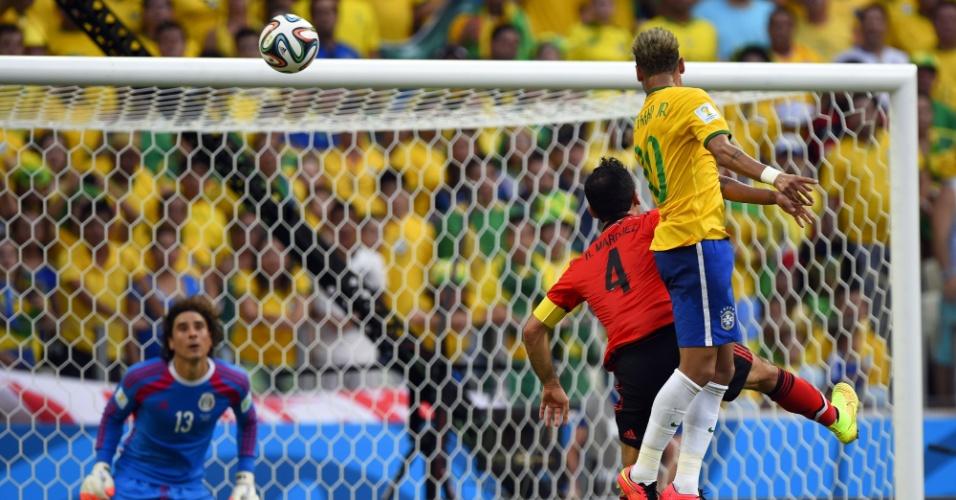 17.jun.2014 - Neymar sobe mais que defesa e cabeceia no canto, mas Ochoa se estica e faz grande defesa para o México