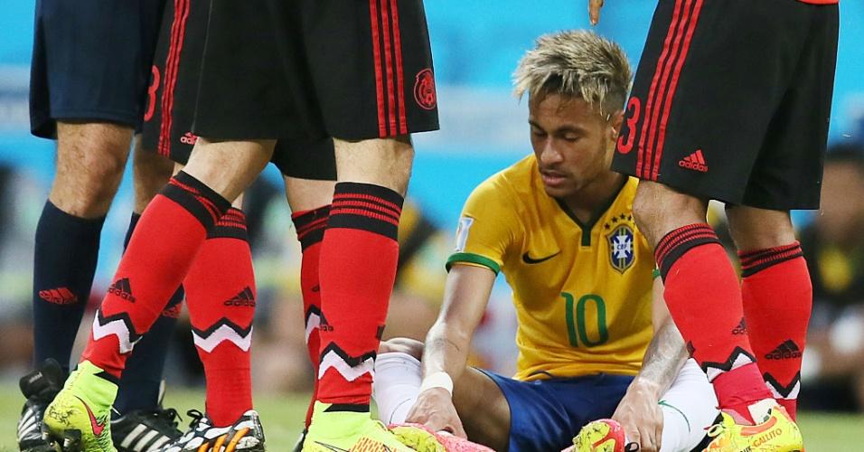 17.jun.2014 - Neymar sofre falta e fica caído no gramado no empate por 0 a 0 entre Brasil e México
