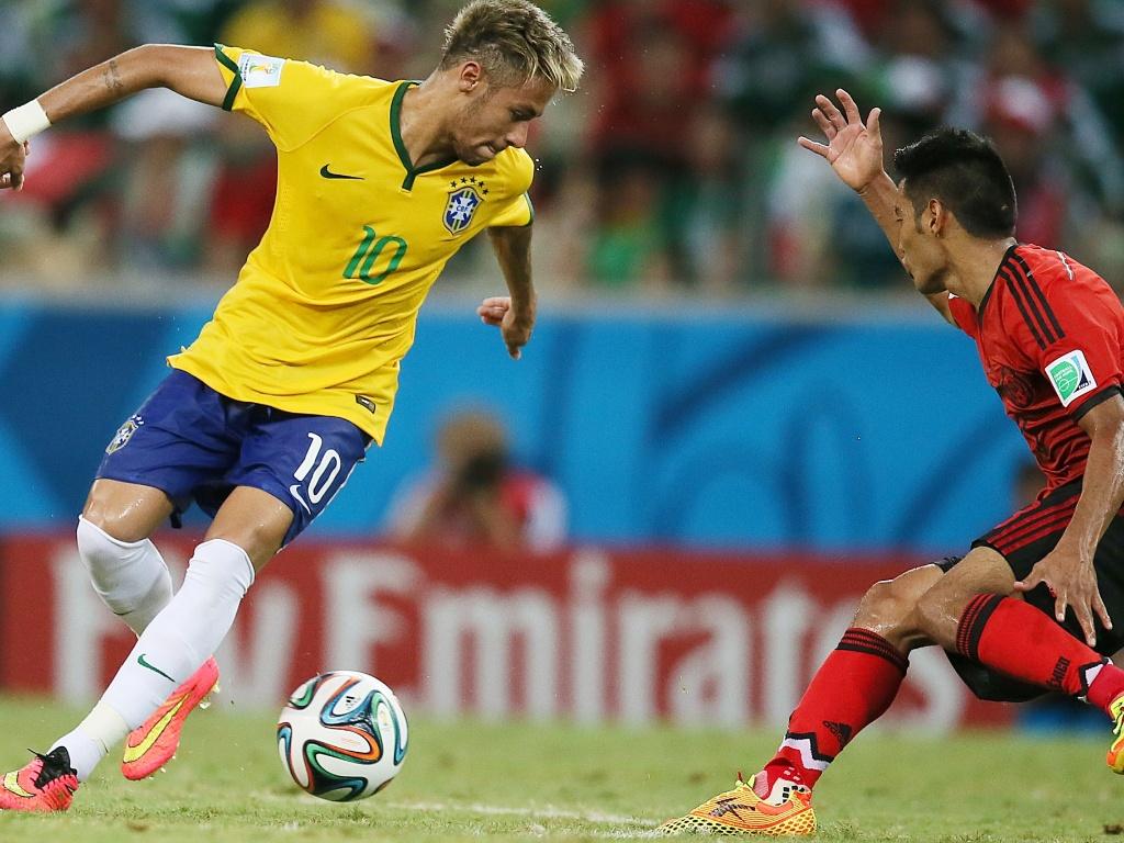 17.jun.2014 - Neymar tenta criar jogada, mas não consegue marcar no empate por 0 a 0 contra o México no Castelão