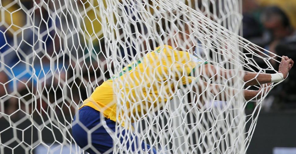 17.jun.2014 - Neymar tenta marcar, mas vai parar no fundo das redes do Castelão no jogo contra o México