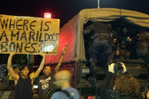 No Rio de Janeiro, ao lado de policiais do Bope, manifestantes perguntaram (em inglês e português) sobre a ossada do pedreiro Amarildo