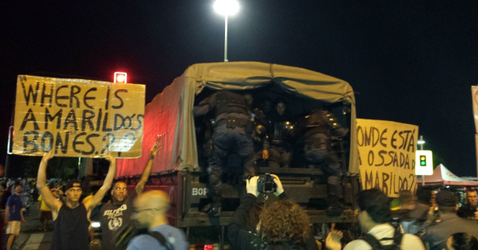 No Rio de Janeiro, ao lado de policiais do Bope, manifestantes perguntaram (em inglês e português) sobre a ossada do pedreiro Amarildo Dias de Souza, desaparecido em julho do ano passado após ter sido detido por policiais em UPP da Favela da Rocinha