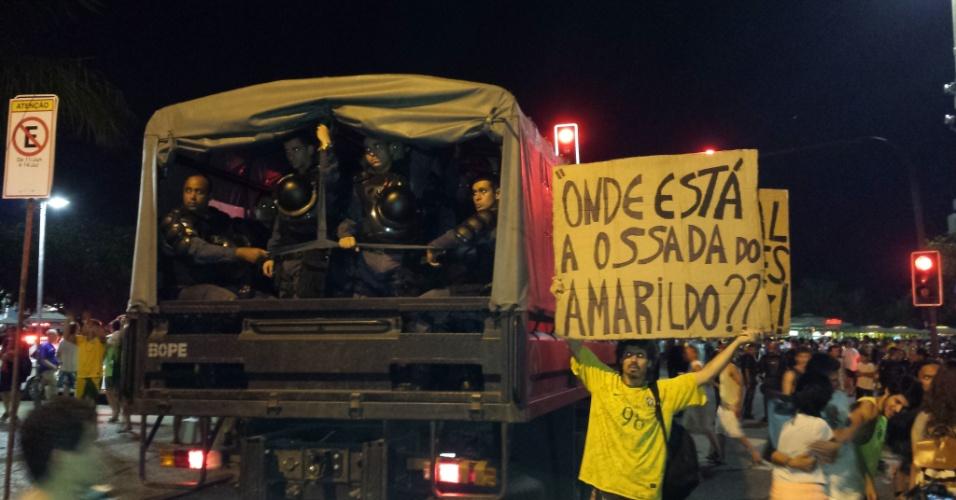 No Rio de Janeiro, ao lado de policiais do Bope, manifestantes perguntaram sobre a ossada do pedreiro Amarildo Dias de Souza, desaparecido em julho do ano passado após ter sido detido por policiais em UPP da Favela da Rocinha