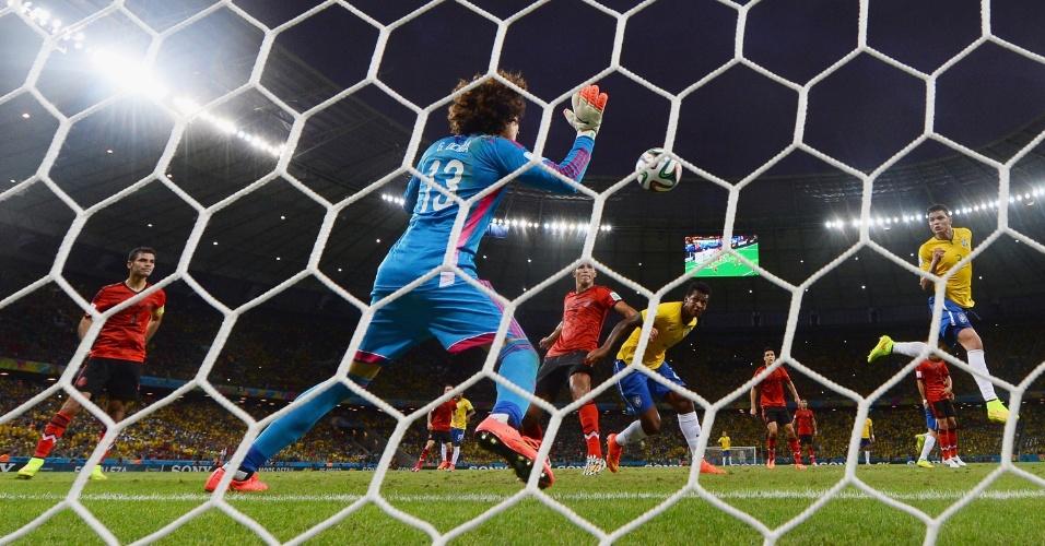 17.jun.2014 - Nome do jogo contra o Brasil, goleiro mexicano Ochoa faz grande defesa após cabeceio de Thiago Silva