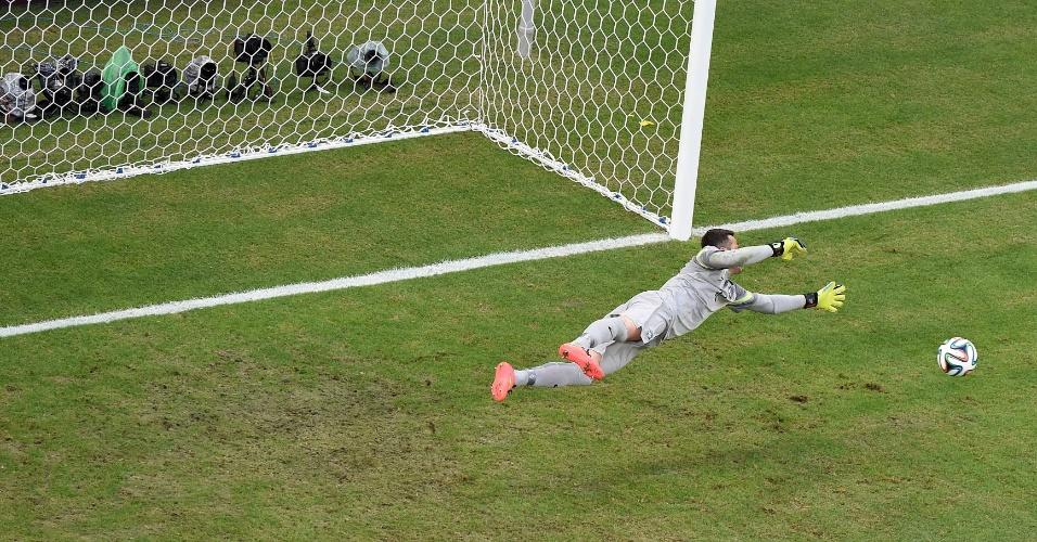 17.jun.2014 - O México bem que tentou, mas Júlio César voou para defender e impedir o gol no Castelão