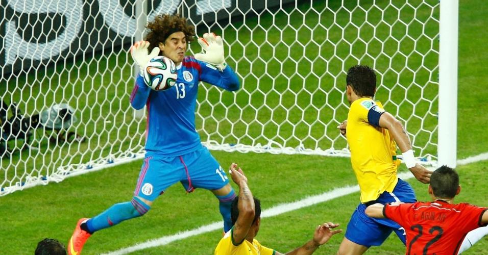 17.jun.2014 - Ochoa salva o México após fazer grande defesa em finalização de Thiago Silva no empate por 0 a 0 entre Brasil e México