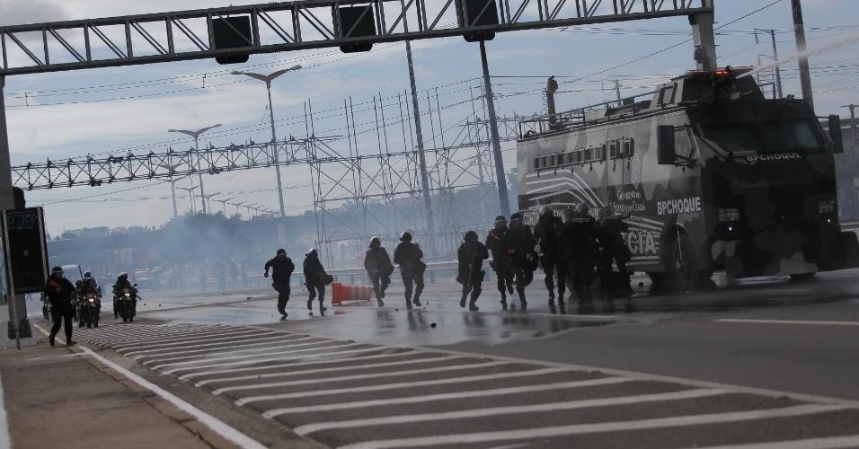 Polícia Militar precisou usar jato d'água para dispersar manifestantes