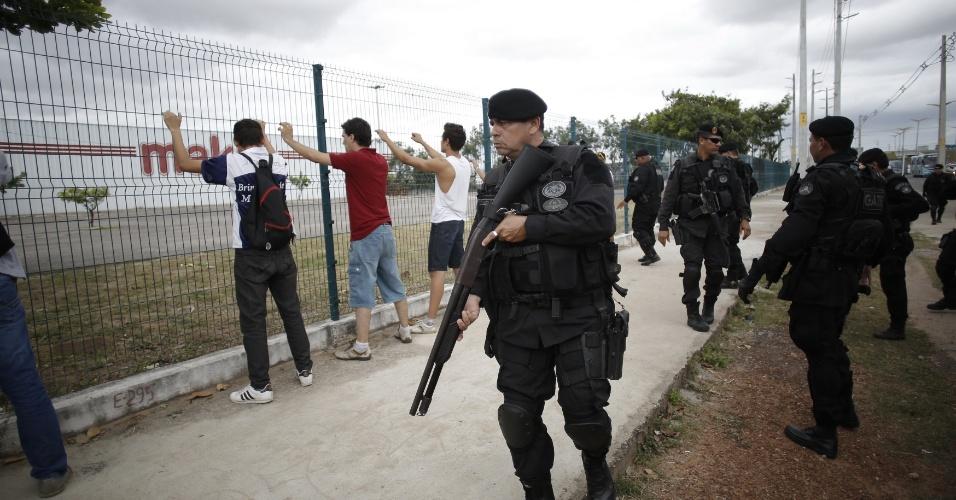 Policiais fazem averiguação em manifestantes detidos em Fortaleza após protesto