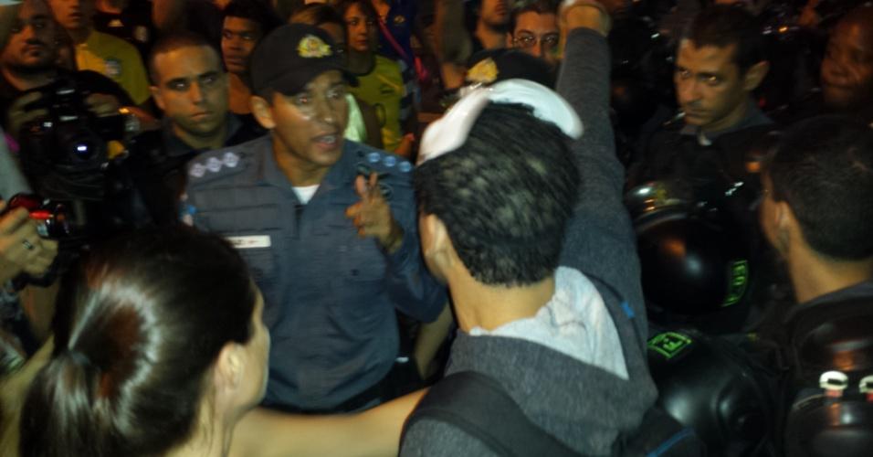 Policial aponta o dedo para manifestante durante ato contra os gastos da Copa do Mundo no Rio de Janeiro