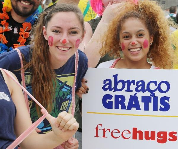 Quem chega ao Castelão e desembolsou um bom dinheiro pelos ingressos pode ao menos conseguir algo de graça: um abraço
