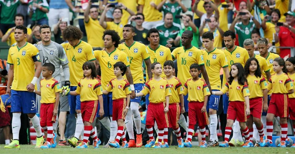 17.jun.2014 - Seleção brasileira entra em campo para a segunda partida da Copa, contra o México, no Castelão