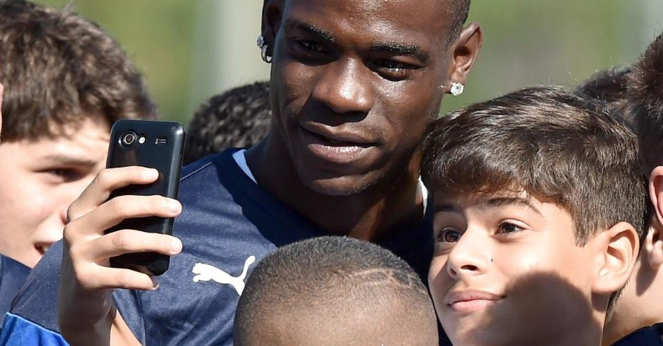 Selfie com Balotelli. Garotinho conseguiu tirar uma foto com o craque italiano durante treino da seleção no Rio de Janeiro