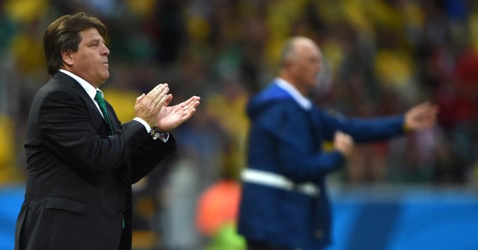 Técnico Miguel Herrera orienta os jogadores mexicanos durante o jogo contra a seleção brasileira, no Castelão