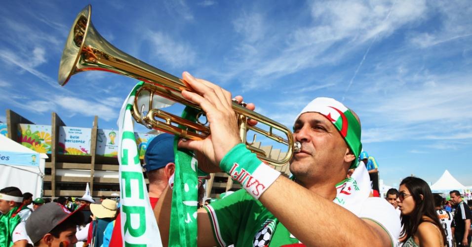 Torcedor argelino toca instrumento em frente ao Mineirão horas antes da estreia contra a Bélgica